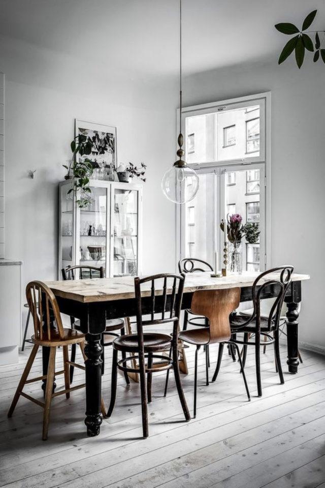chaise depareillees deco exemple salle à manger blanche chaises bois rétro mix and match