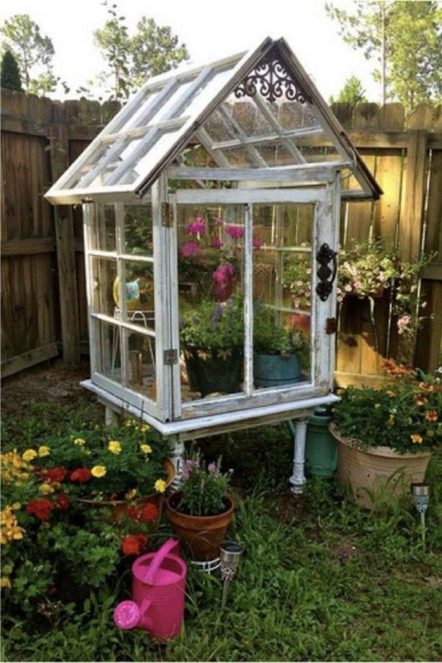 chalet jardin deco exemple petite serre fenêtre recup