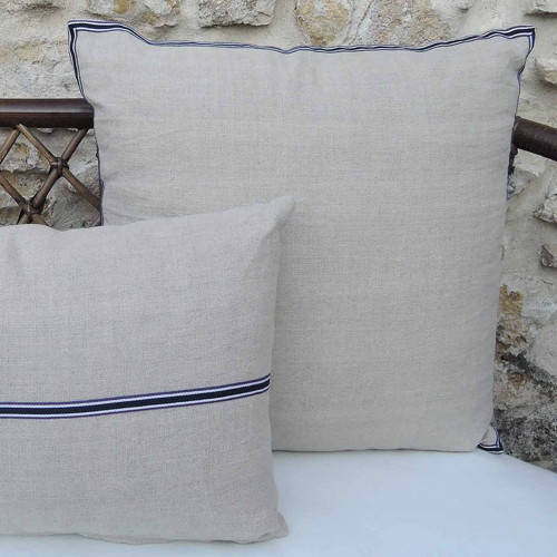 chambre bord de mer meuble decoration coussin lin naturel liseré bleu