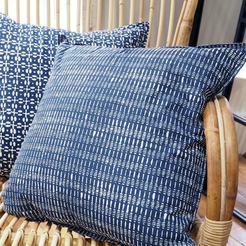 chambre bord de mer meuble decoration coussin bleu indigo motif blanc