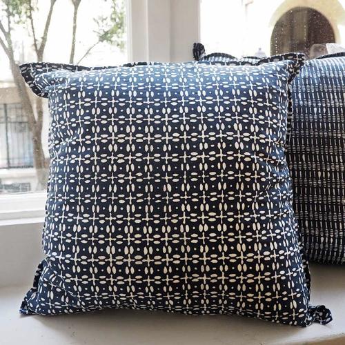 chambre bord de mer meuble decoration coussin bleu et blanc indigo