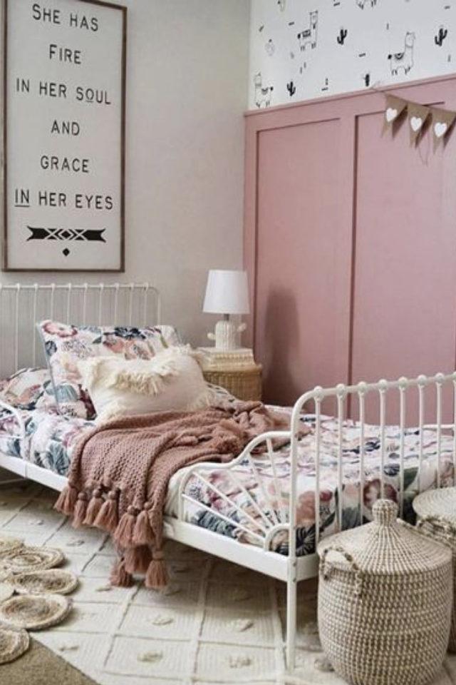chambre enfant couleur classique exemple soubassement peinture couleur rose blanc lit metal