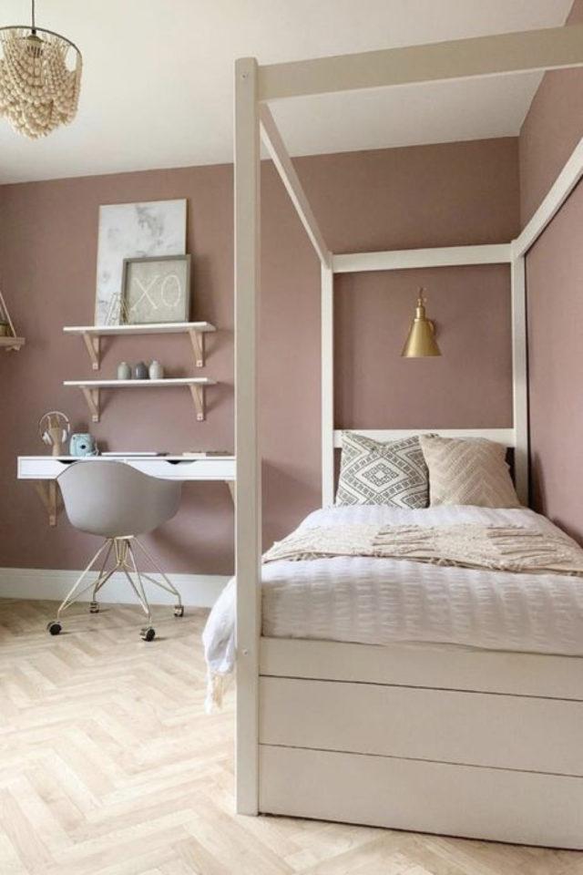 chambre enfant couleur classique exemple mur rose poudré lit et bureau blancs