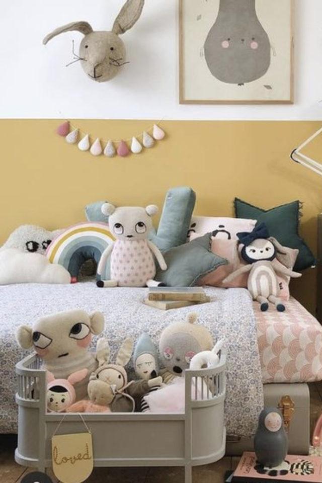 chambre enfant couleur classique exemple soubassement peinture jaune et blanc chambre vitalité dynamique jouets modernes