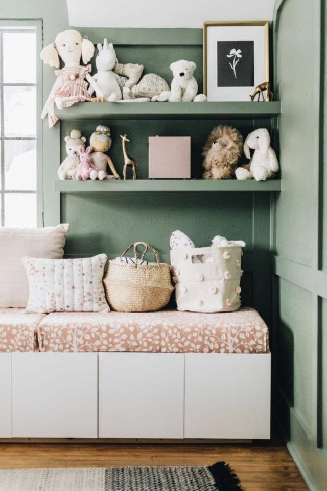 chambre enfant couleur moderne exemple vert sauge étagère ton sur ton banquette