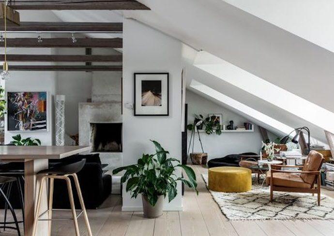 combles amenages salon moderne exemple idee deco meuble couleur canapé bibliothèque fenêtre lumière aménagement décoration intérieure