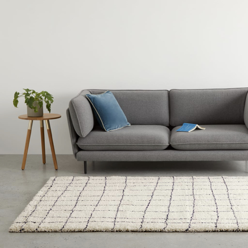 deco et meuble style masculin salon tapis blanc cassé et noir motif quadrillage déstructuré