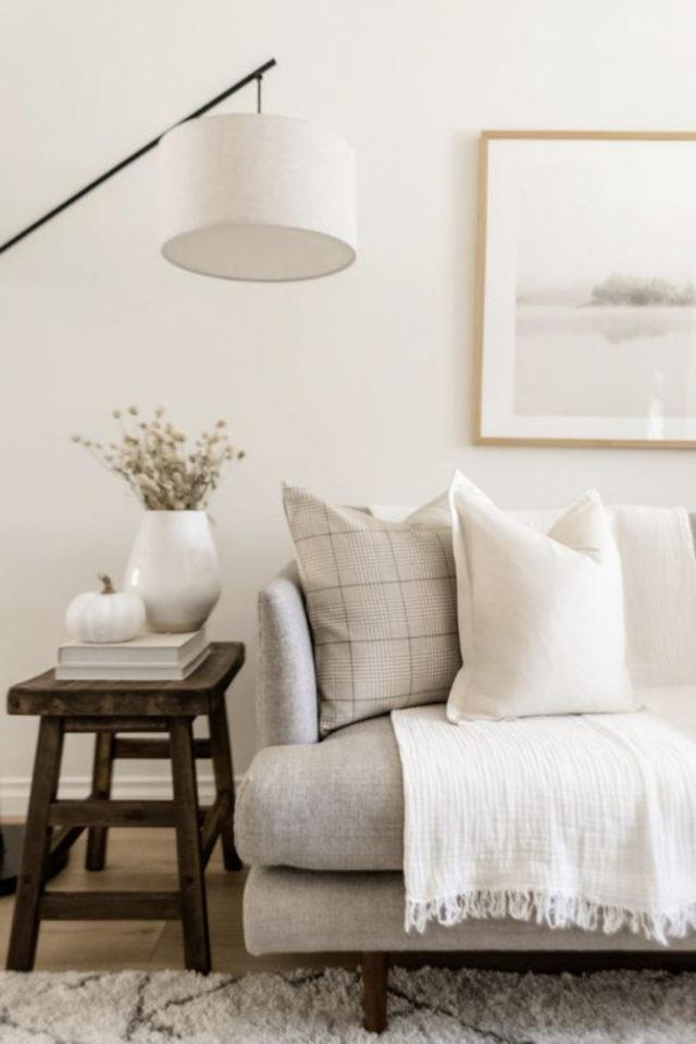 deco interieure slow et naturel exemple détail salon bout de canapé bois sofa gris beige plaid blanc coussin neutre