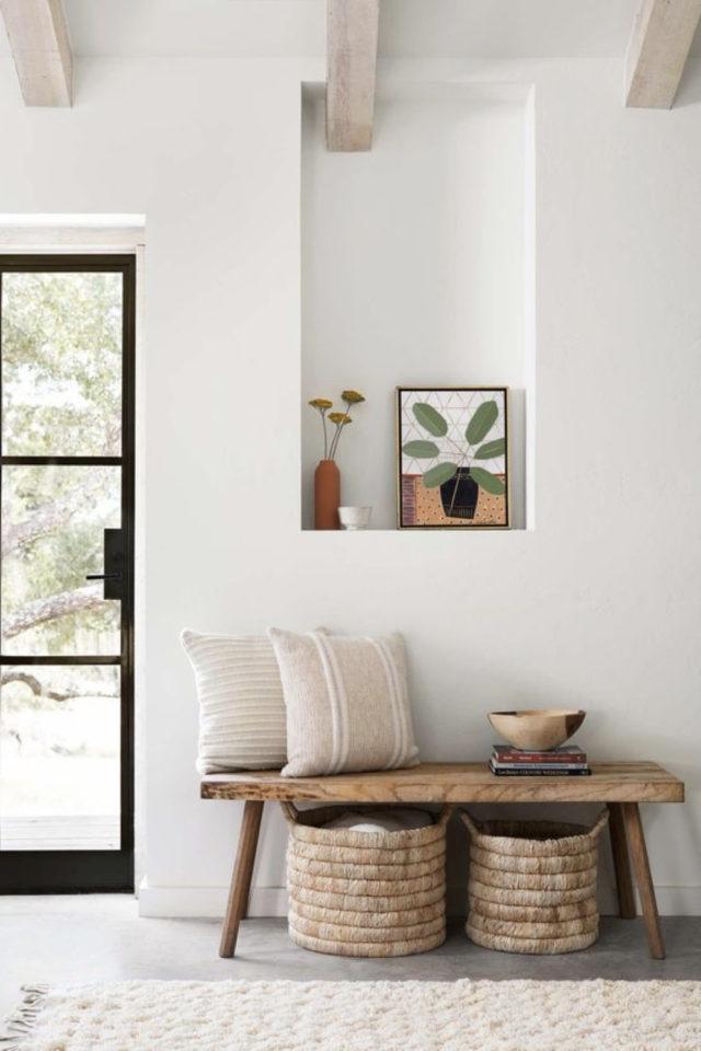 deco interieure slow et naturel exemple banc en bois niche murale décoration blanche et neutre calme et sereine