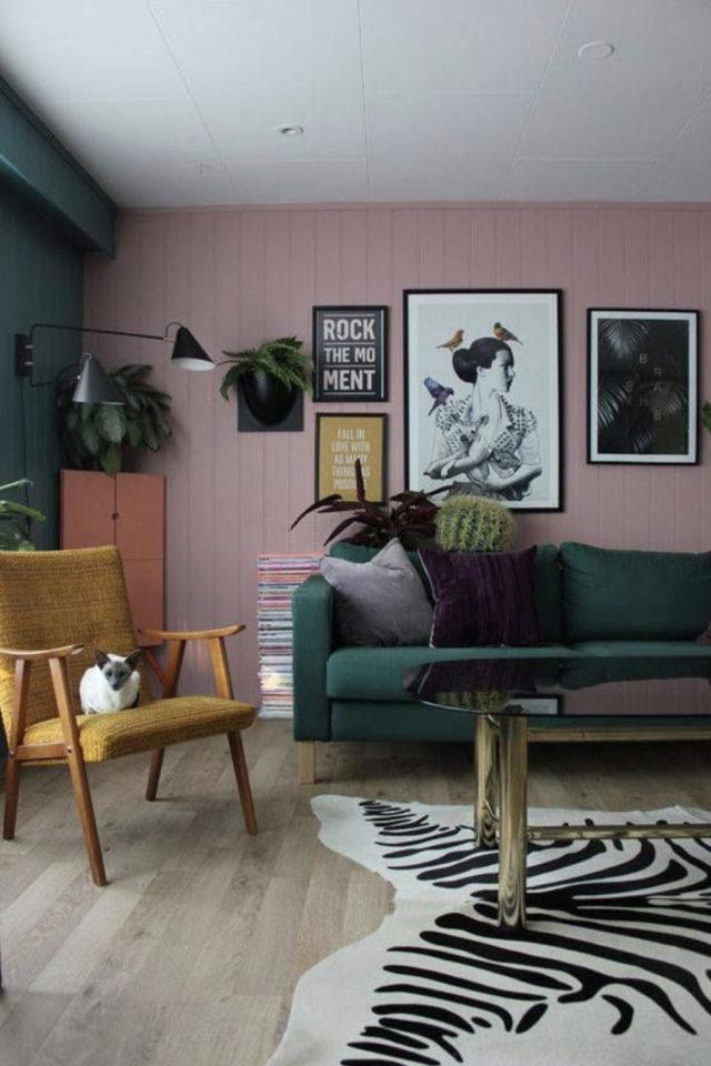deco interieure vert et rose exemple salon peinture murale canapé velours fauteuil rétro vintage