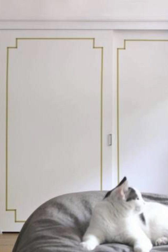 deco murale pas cher masking tape exemple porte de placard coulissante blanche style classique chic moulures