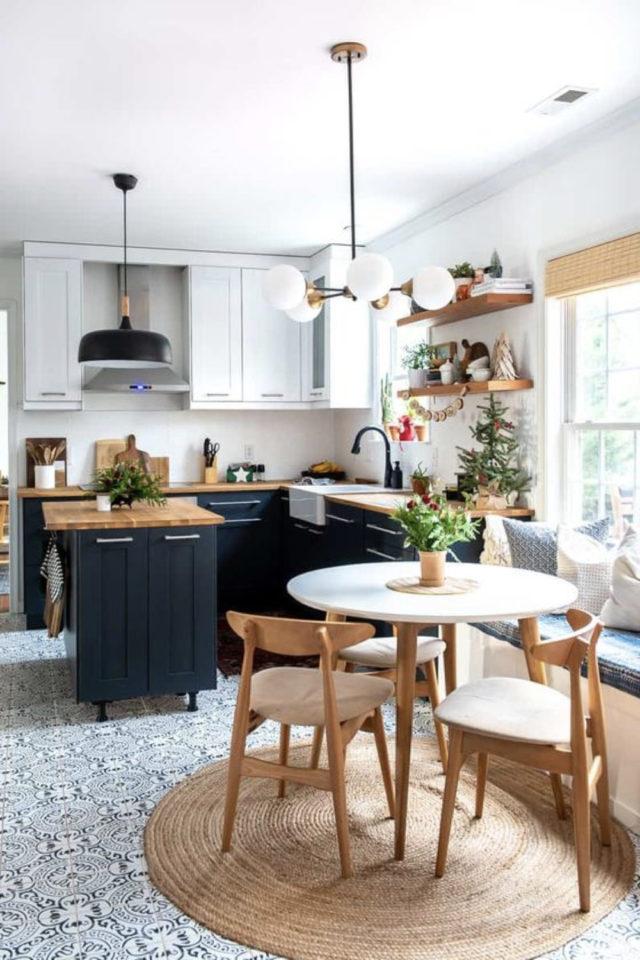 deco pas cher chaise cuisine ouverte ilot central et table ronde repas chaises bois vintage