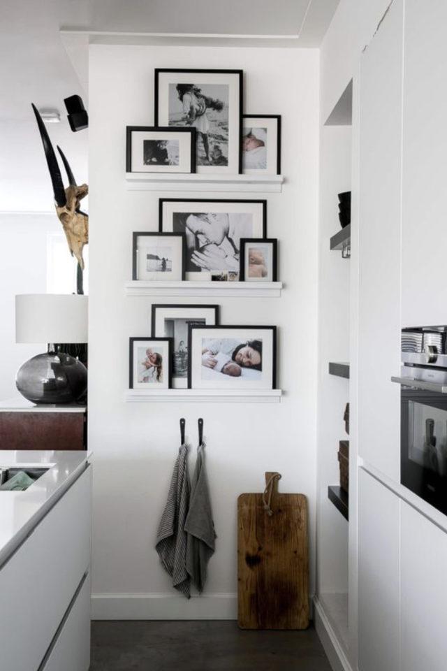 decor mural pas cher exemple petit mur étagères cadre noir et blanc épuré