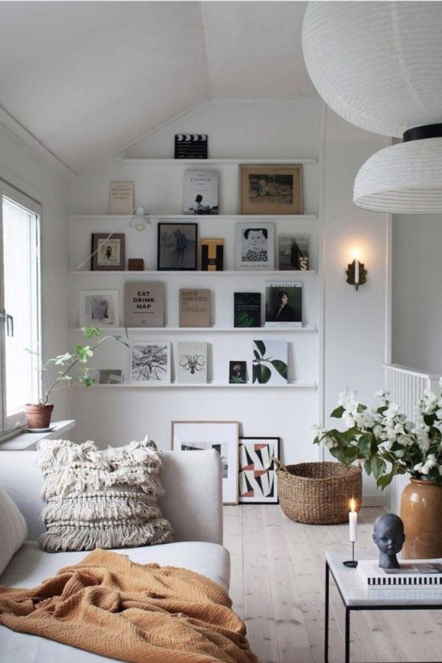 decor mural pas cher exemple cadre affiches poster sur étagère mur blanc comble mansarde salon séjour