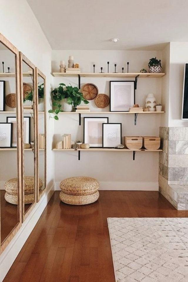 decor mural pas cher exemple slow intérieur moderne écru beige bois étagère affiche plantes miroir