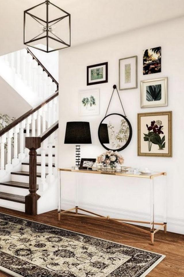 decor mural pas cher exemple entrée escaliers console buffet miroir rond affiche mélange cadres