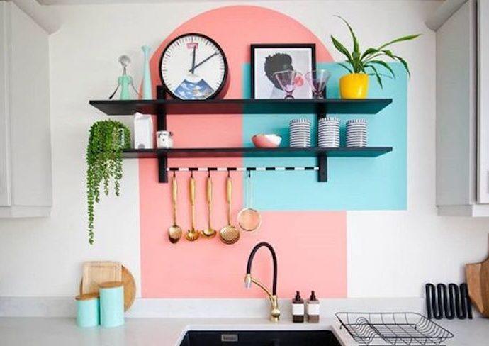 decor mural peinture tendance cuisine couleur exemple étagère rose bleu original