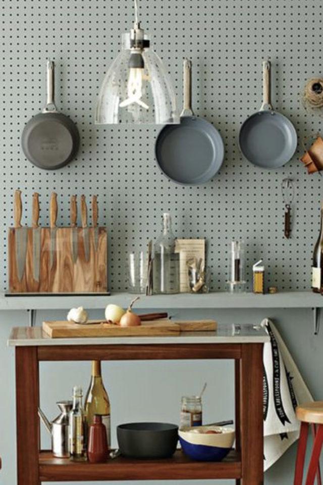decoration amenagement cuisine pegboard vert sauge moderne ton sur ton fonctionnel