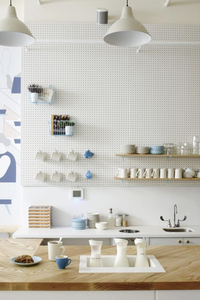 decoration amenagement cuisine pegboard blanc grand format hauteur sous plafond décoration moderne