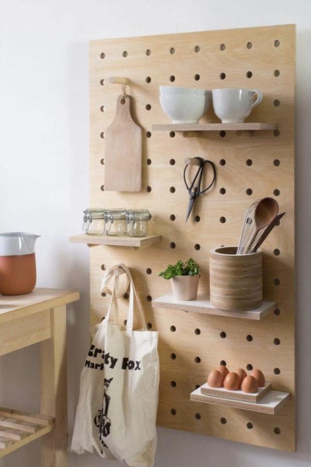 decoration amenagement cuisine pegboard idée étagères rangement vaisselle quotidien préparation des repas