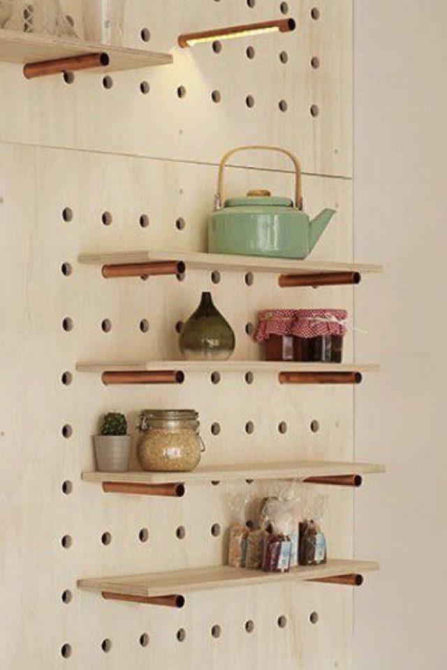 decoration amenagement cuisine pegboard bois clair simple étagères