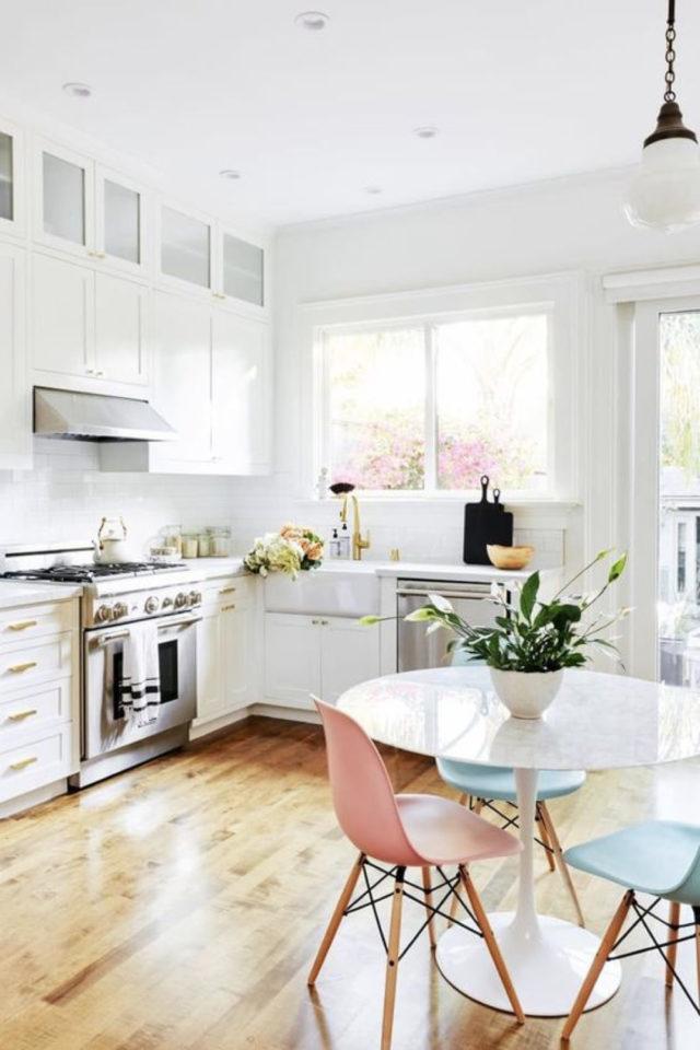 espace repas petite cuisine exemple table ronde 3 personnes chaises colorées