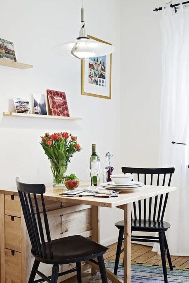 espace repas petite cuisine exemple table pliante en bois avec chaises décoratives ambiance moderne