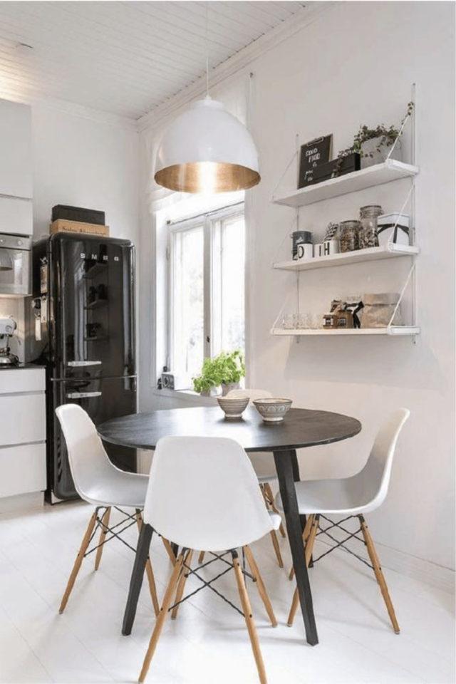 espace repas petite piece a vivre exemple studio apparement étudiant espace ouvert cuisine salon séjour table ronde chaise noire étagères