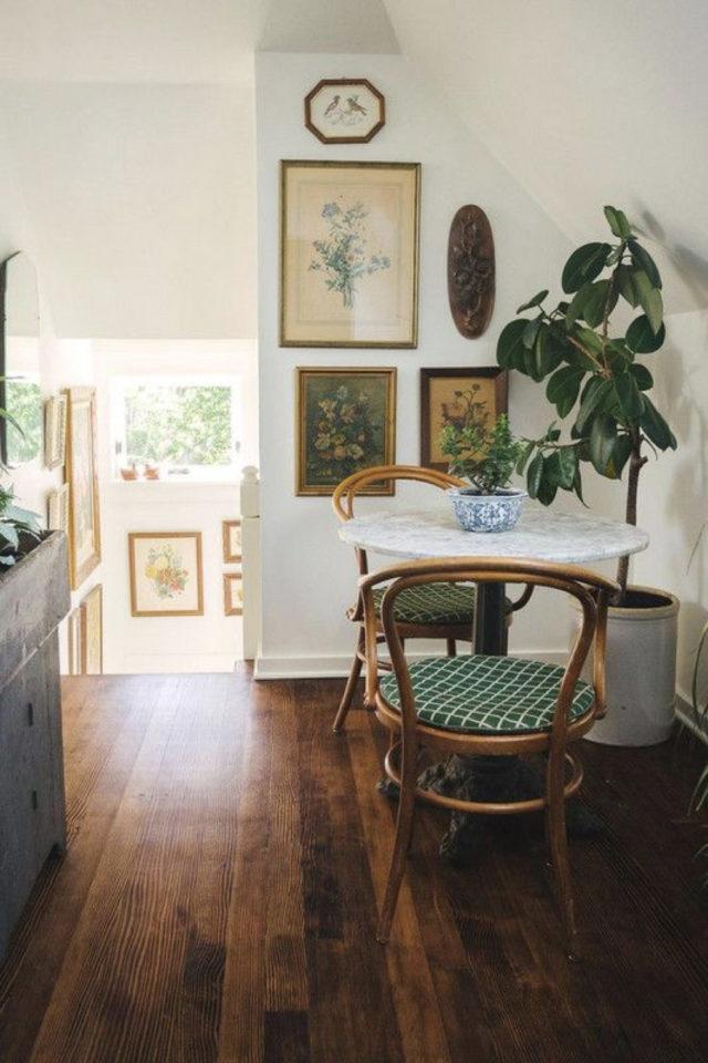 espace repas petite piece a vivre exemple angle salon plantes vertes cadres déco petite table bistrot ronde