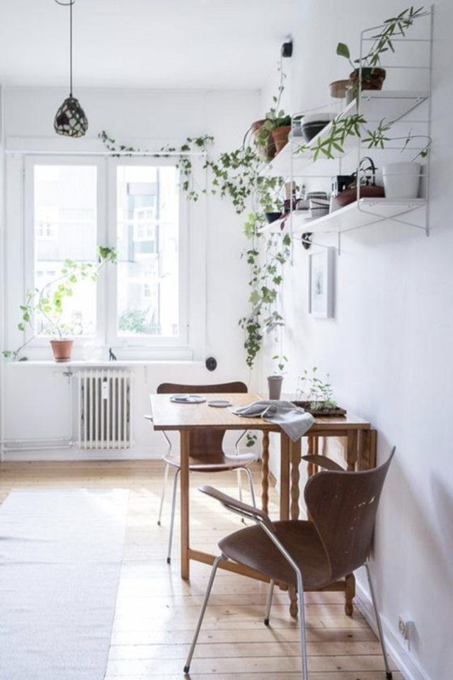 espace repas petite piece a vivre exemple table rectangulaire pliante posée sur mir étagère murale espace lumineux