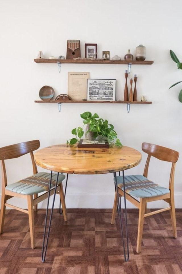 espace repas petite piece a vivre exemple table ronde ne bois chaises vintage étagères murale