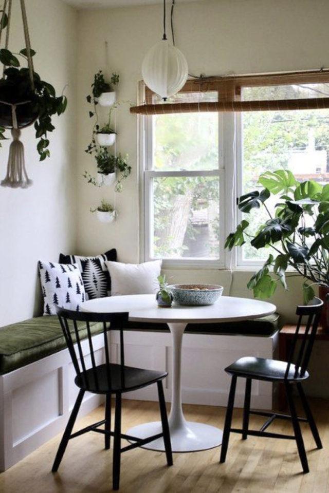 espace repas petite piece a vivre exemple petite banquette d'angle table tonde pied central plantes vertes décor salon séjour moderne