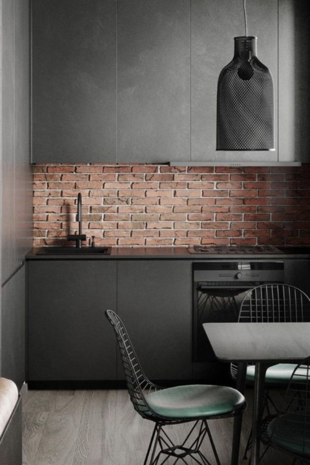 exemple choix couleur petite cuisine industriel minimaliste noir épuré crédence brique