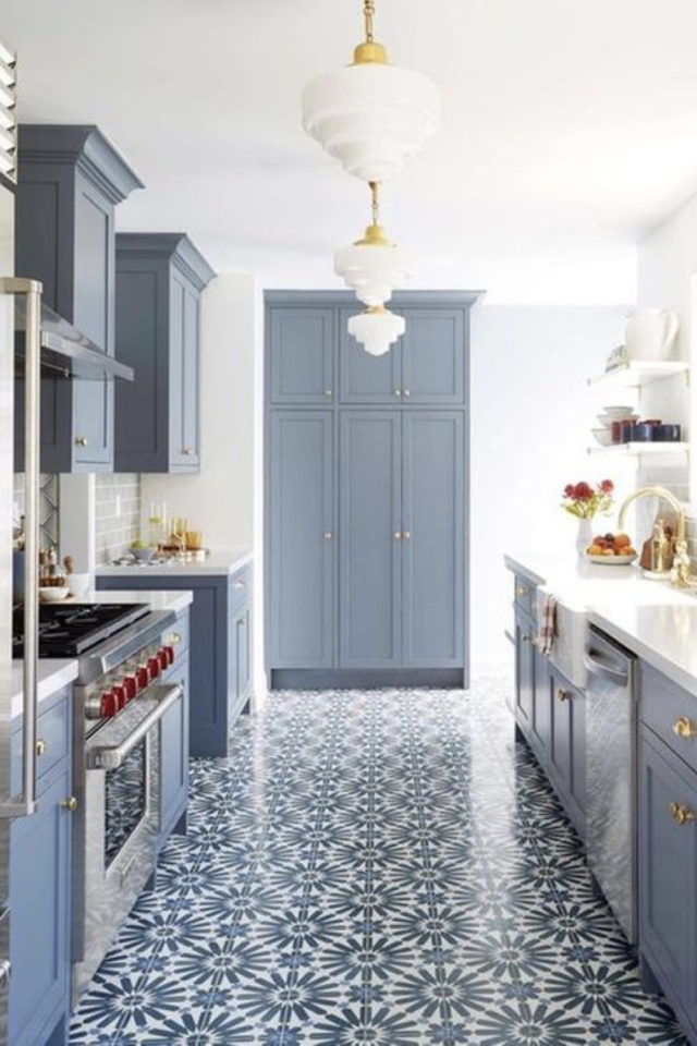 exemple choix couleur petite cuisine classique chic familial carreaux ciment bleu et blanc au sol