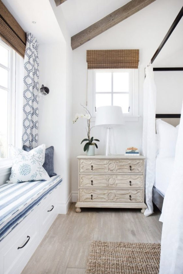 exemple deco chambre bord de mer commode bois blanchi banquette fenêtre