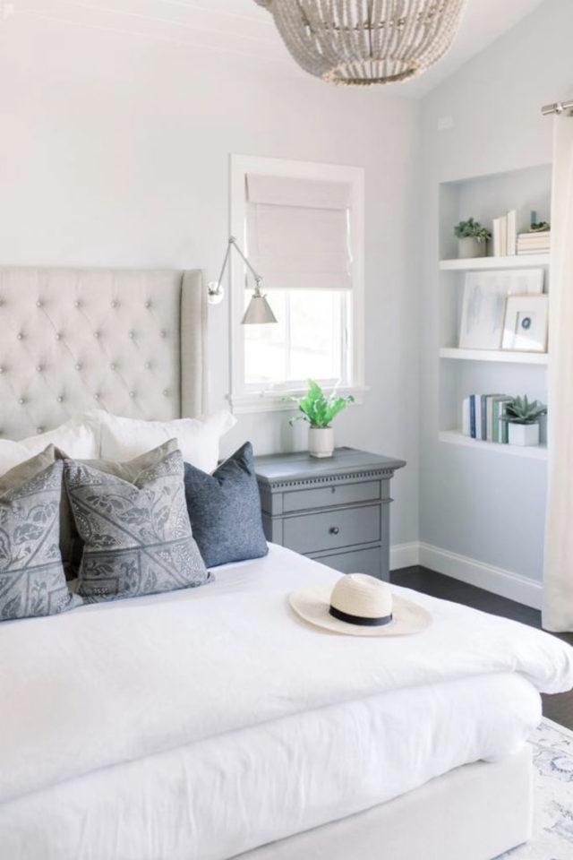 exemple deco chambre bord de mer mur peinture bleu et blanc coussin tete de lit capitonnée