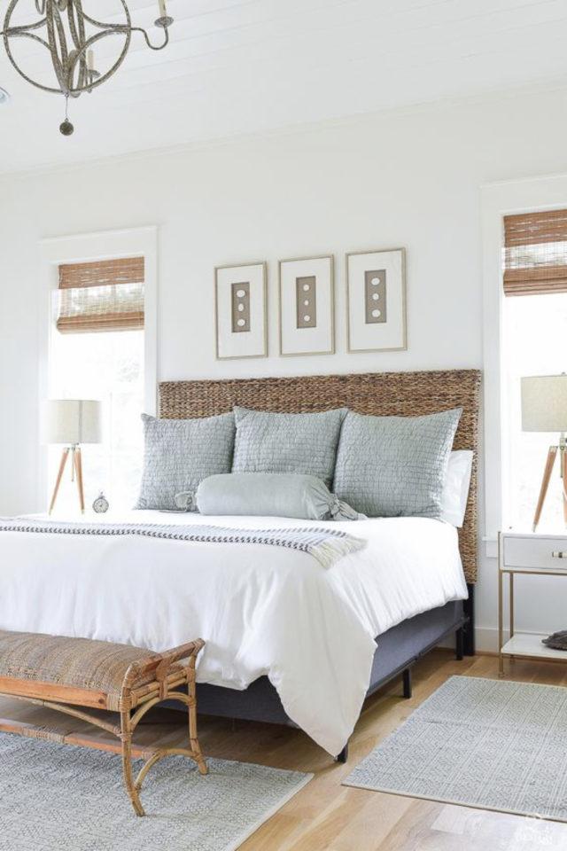 exemple deco chambre bord de mer tête de lit osier naturel tressé coussin bleu textile décoration