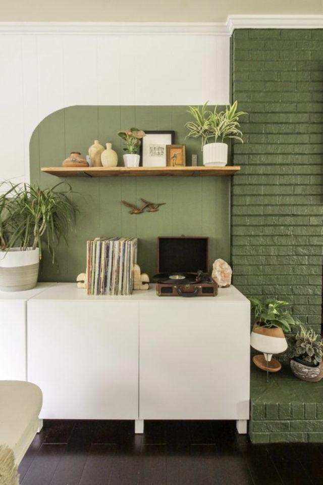 exemple peinture murale originale vert et blanc vintage lambris briques matériaux enfilade blanche salon séjour salle à manger
