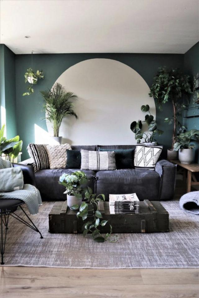 exemple peinture murale originale mur vert grand cercle rond blanc arrière canapé gris ambiance nature et intime salon séjour