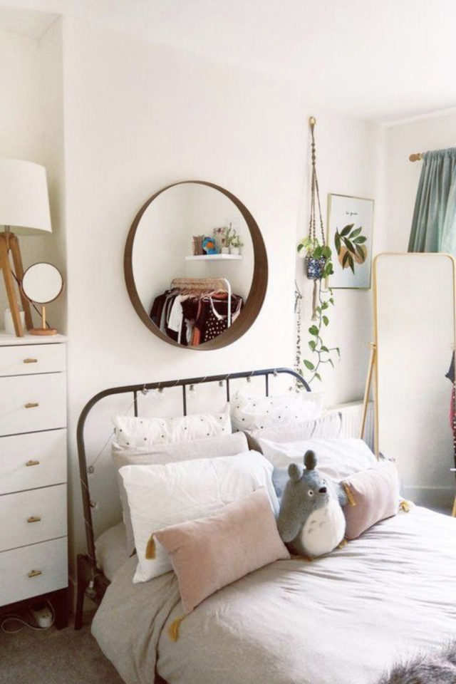 lit double metal decoration chambre adolescent jeune adulte miroir rond en bois commode plantes vertes