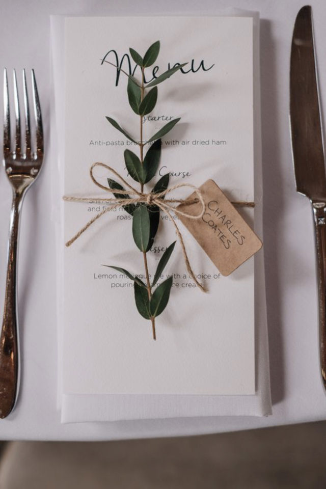 menu mariage design minimaliste exemple petite branche eucalyptus et marque place