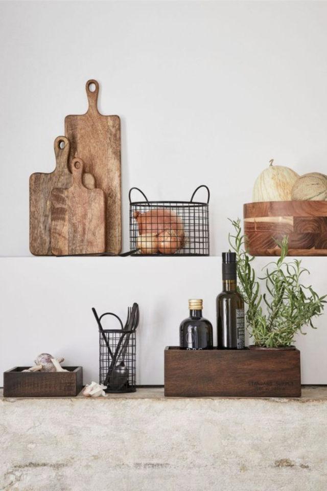 mise en scene deco cuisine planche à découper rangement filaire metallique noir ambiance moderne