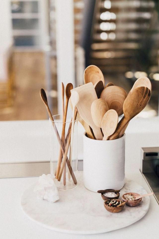 mise en scene deco cuisine ustensiles de cuisine bois couvert à salade pot en céramique blanche