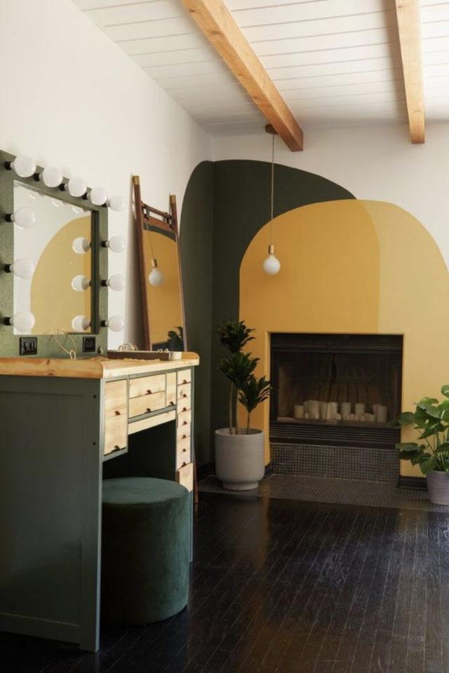 peinture murale originale exemple vert kaki jaune moutarde ocre fond blanc salon séjour formes géométriques imparfaites organiques