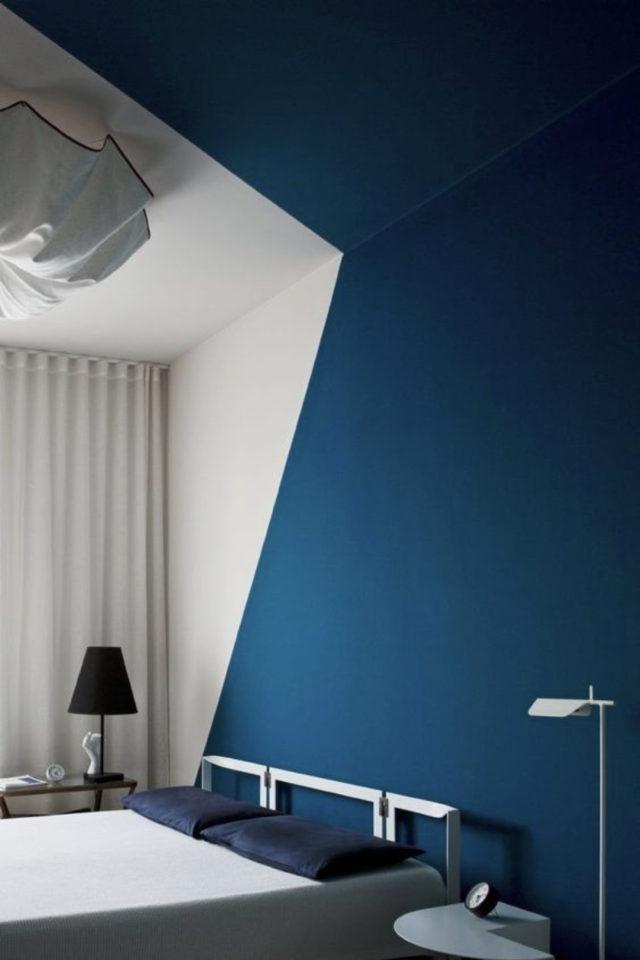peinture murale originale exemple graphique bleu et blanc mur et plafond chambre à coucher