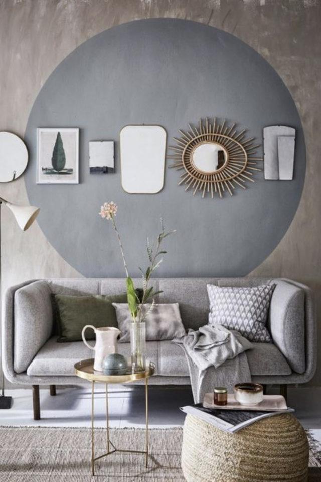 peinture murale originale exemple salon séjour pièce à vivre fond gris texturé rond peint gris béton ciment et déco murale cadre miroir en ligne