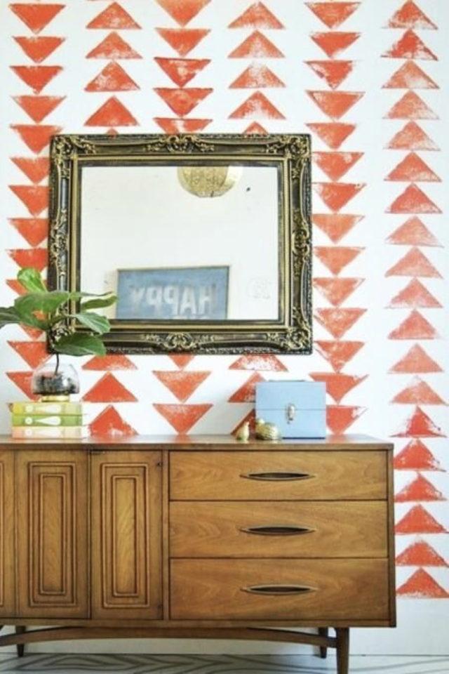 peinture murale originale exemple triangle orange salon séjour effet grunge pas lisse application à l'éponge fond blanc enfilade mid century