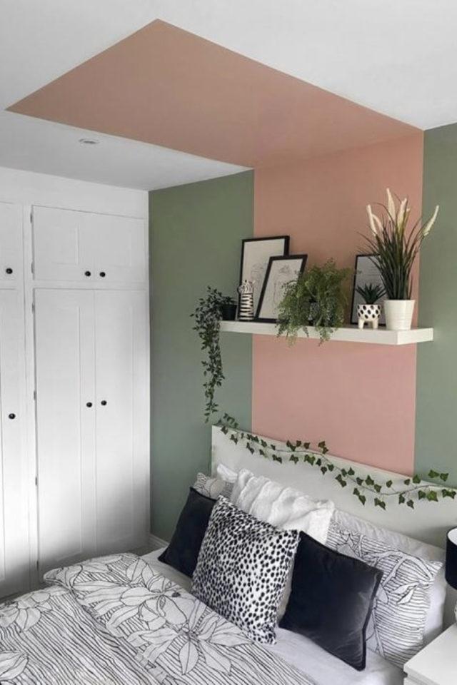 peinture murale originale exemple mur tête de lit chambre bicolore vert sauge et rose + retour du rose sur le plafond