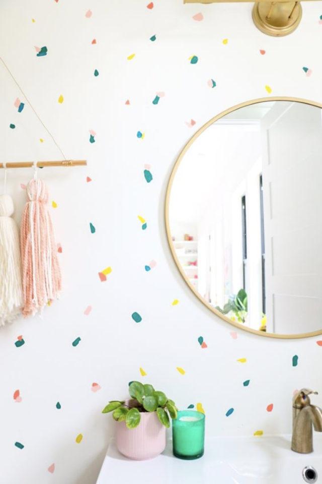 peinture murale originale exemple effet confetti multicolore sur fond blanc couleur pastel et jeune salle de bain miroir rond moderne