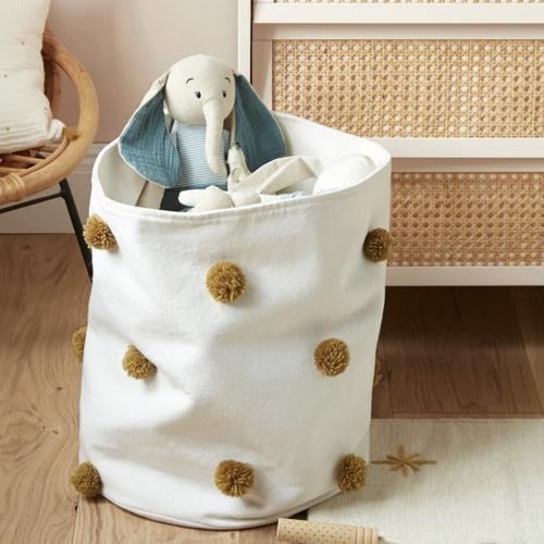 petit rangement enfant couleur panier à jouets blanc pompons caramel decoration moderne chambre